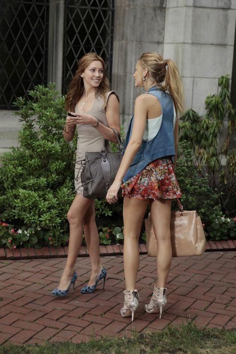 Während Dan endlich erfährt, dass er nicht Milos Vater ist, treibt Juliet (Katie Cassidy, l.) ein eigenartiges Spiel mit Nate und Serena (Blake Live... - Bildquelle: Warner Brothers