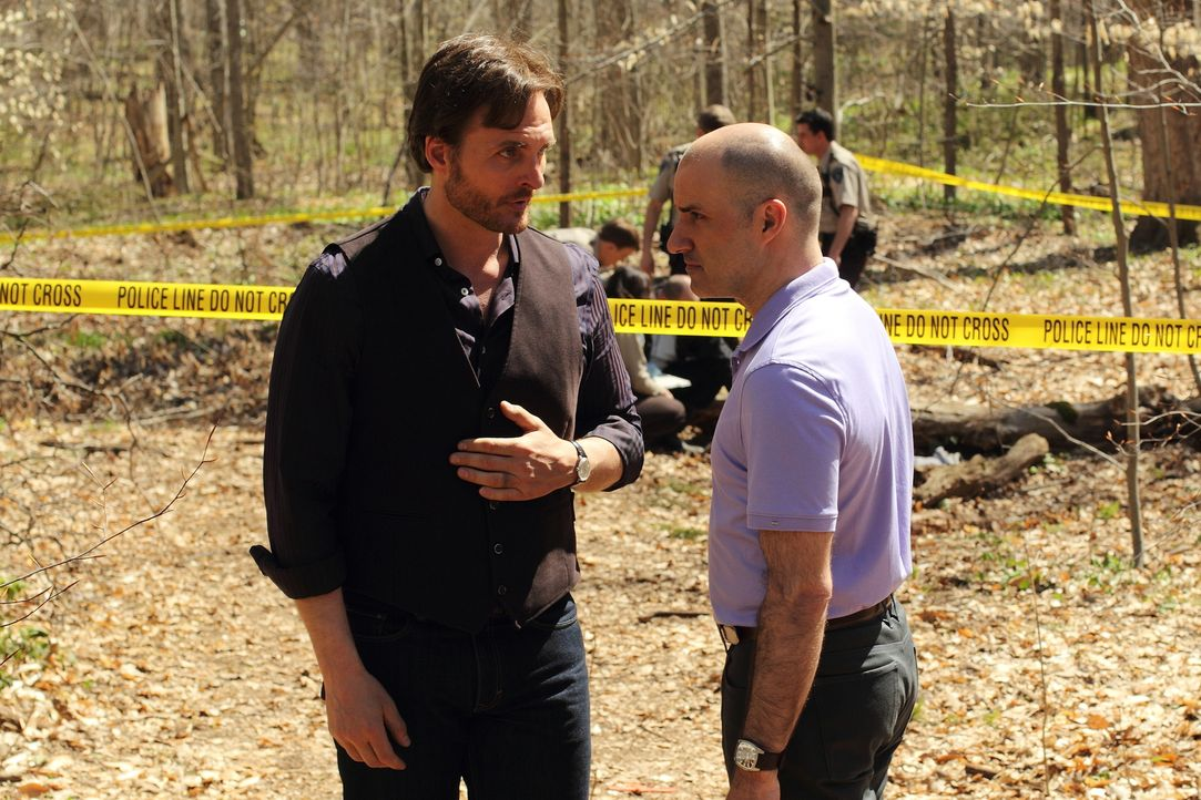 Jeremy (Greg Bryk, l.) und Antonio (Paulino Nunes, r.) wird immer mehr bewusst, dass sie als Werwölfe in Stonehaven nicht mehr sicher sind ... - Bildquelle: 2014 She-Wolf Season 1 Productions Inc.