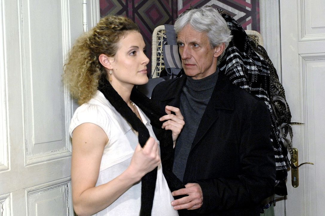 Robert (Mathieu Carrière, r.) ist irritiert, als sich Maja (Barbara Lanz, l.) abweisend zeigt. - Bildquelle: Oliver Ziebe Sat.1