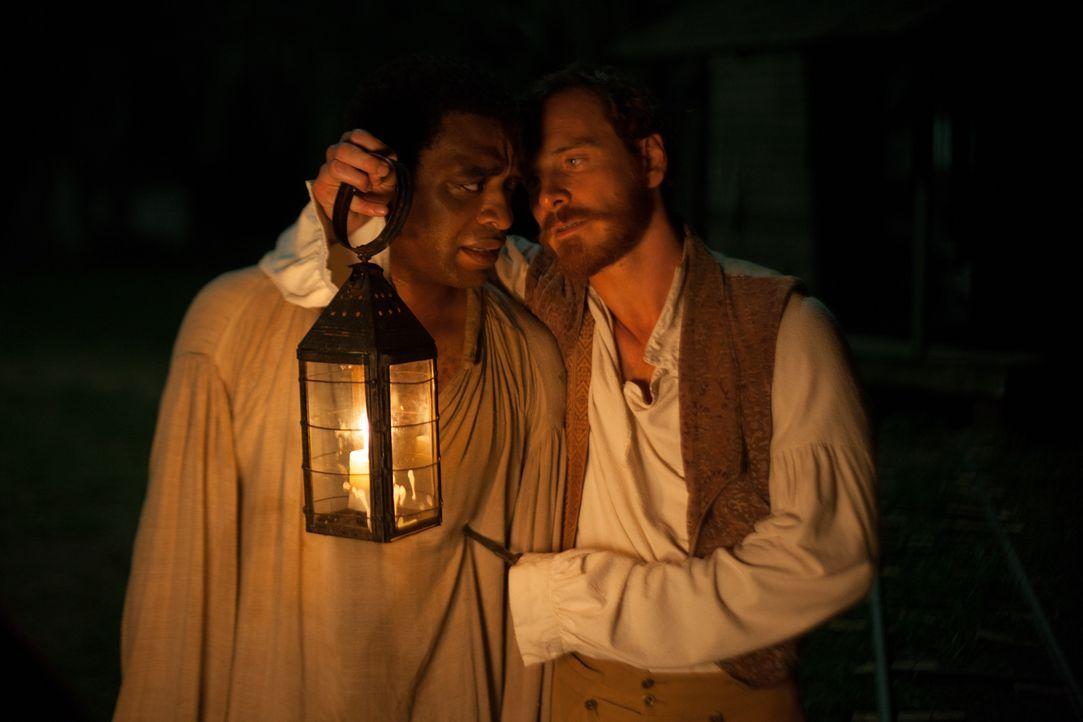 """Der sadistische Plantagenbesitzer und Sklaventreiber Edwin Epps (Michael Fassbender, r.) bezeichnet sich selbst als """"Nigger Brecher"""", einen Namen, d... - Bildquelle: TOBIS FILM"""