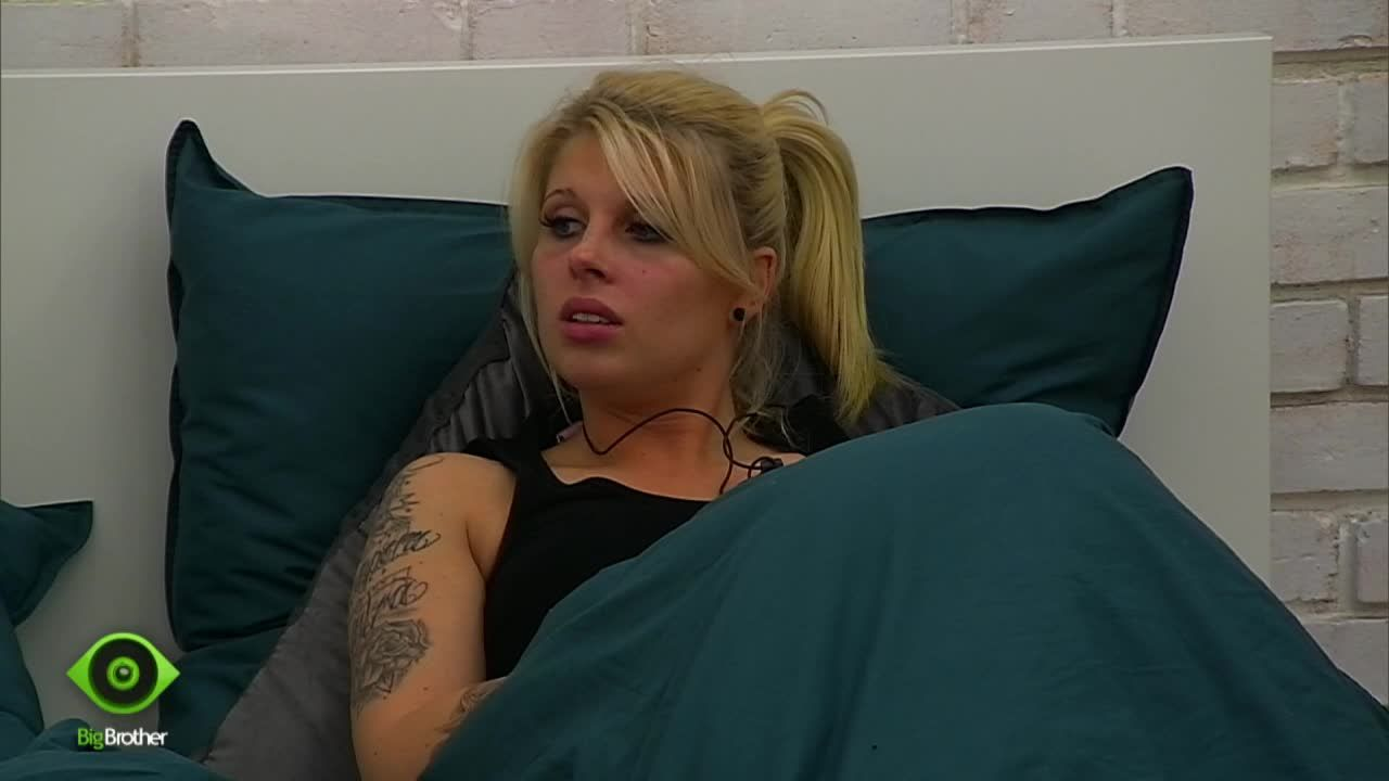 Sharon im Bett