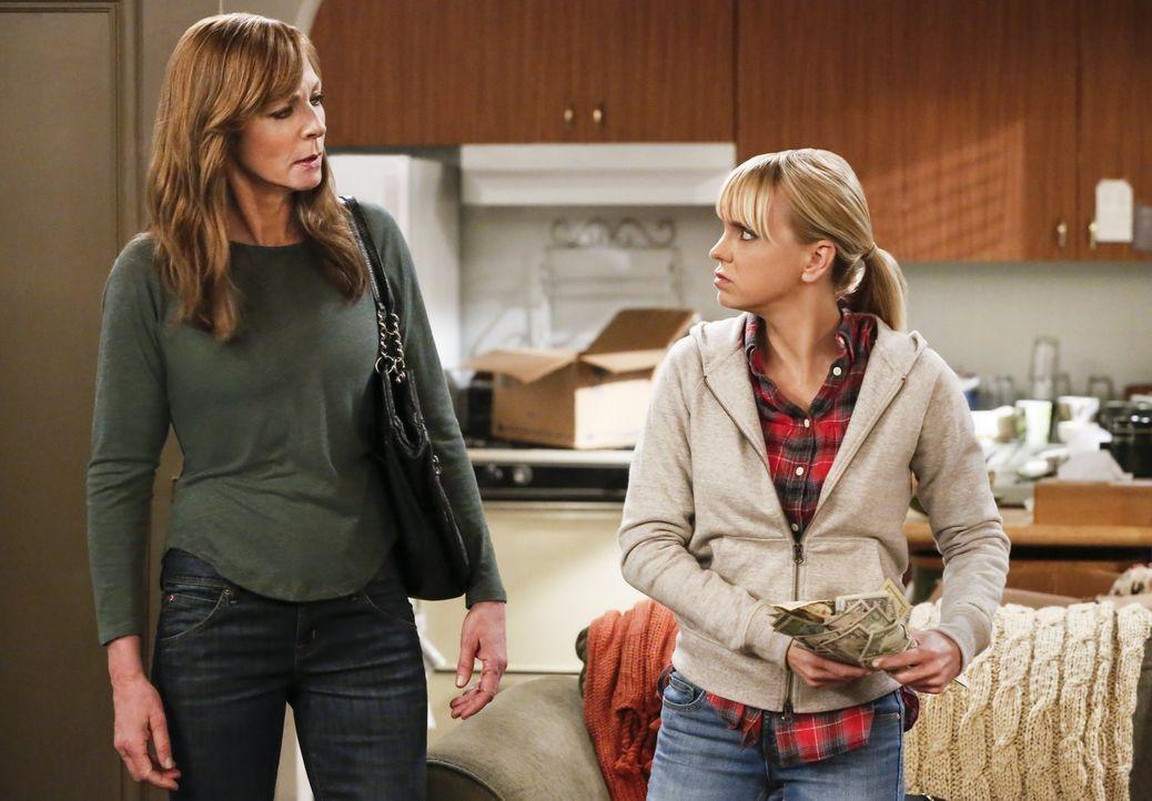 Die Mutter von Bonnie (Allison Janney, l.) hinterlässt nach ihrem Tod, ihr und Christy (Anna Faris, r.) ein Geheimnis, welches beide sehr zufrieden... - Bildquelle: 2016 Warner Bros. Entertainment, Inc.