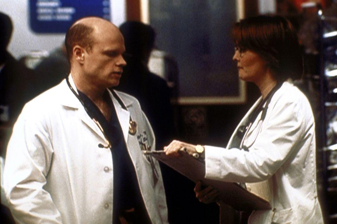 Dr. Weaver (Laura Innes, r.) wird von Romano (Paul McCrane, l.) vom Dienst suspendiert, weil sie es gewagt hat, sich seinen Anweisungen zu  widerset... - Bildquelle: TM+  2000 WARNER BROS.