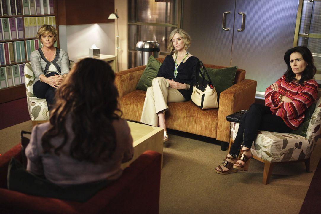 Zum ersten Mal wird es für Violet (Amy Brenneman, 2.v.l.) zum Verhängnis, dass sie ihr Buch geschrieben hat, als drei Mütter (Anne Marie Howard,... - Bildquelle: ABC Studios