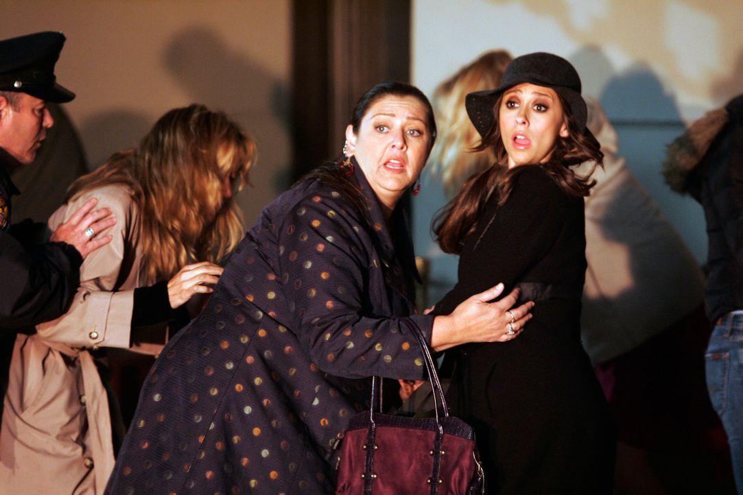"""Melinda (Jennifer Love Hewitt, r.) und Delia (Camryn Manheim, M.) müssen mit ansehen, wie das Restaurant """"Red Noir"""" niederbrennt ... - Bildquelle: ABC Studios"""