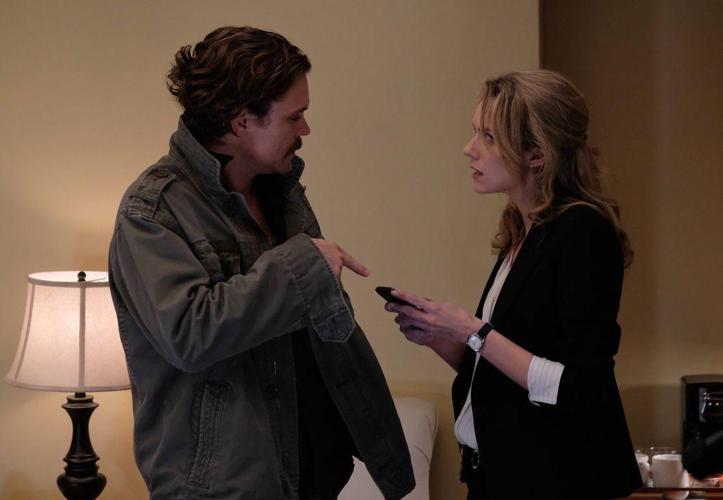 Wie wird es mit ihnen weitergehen? Palmer (Hilarie Burton, r.) und Riggs (Clayne Crawford, l.) ... - Bildquelle: 2016 Warner Brothers