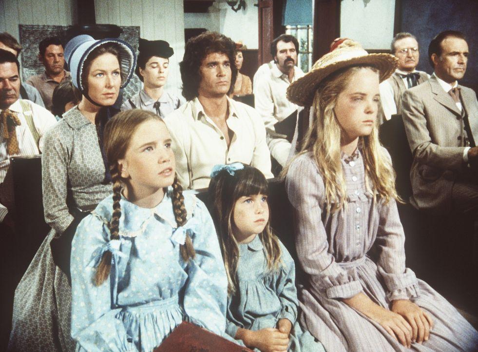 Mary (Melissa Sue Anderson, vorne r.) hat von Bubba ein Veilchen verpasst bekommen. Nun sitzt sie mit ihrer Familie in der Kirche. - Bildquelle: Worldvision