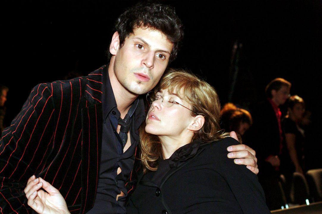 Nach dem Kuss von David fällt Lisa (Alexandra Neldel, r.) ohnmächtig in Rokkos (Manuel Cortez, l.) Arme. (Dieses Foto von Alexandra Neldel darf nu... - Bildquelle: Monika Schürle Sat.1