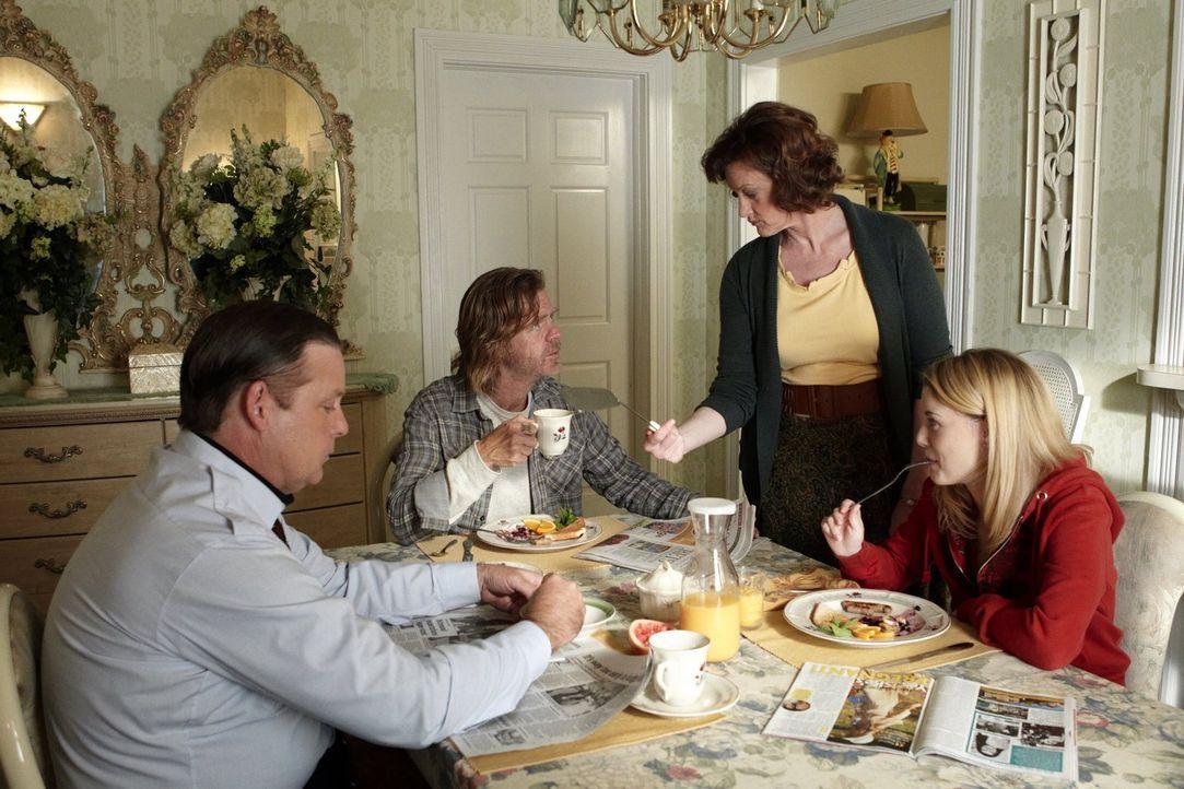 Das Leben mit dem Alkoholiker Frank (William H. Macy, 2.v.l.) zeigt seine Spuren bei Sheilas (Joan Cusack, 2.v.r.) und Eddies (Joel Murray, l.) Toch... - Bildquelle: 2010 Warner Brothers