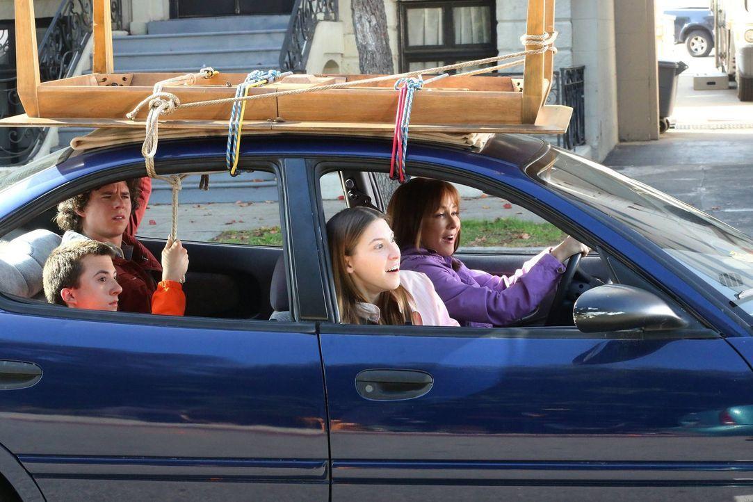 (v.l.n.r.) Axl (Charlie McDermott); Brick (Atticus Shaffer); Sue (Eden Sher); Frankie (Patricia Heaton) - Bildquelle: Warner Brothers