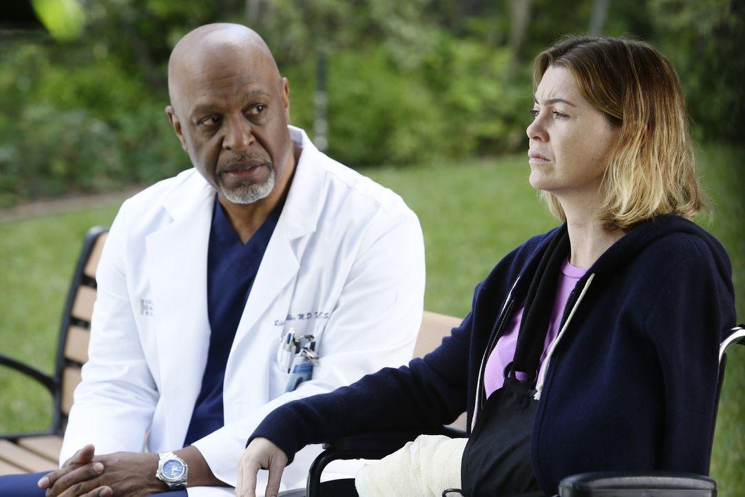 Als Meredith (Ellen Pompeo, r.) während einer Behandlung von einem Patienten attackiert wird, sorgen sich Webber (James Pickens Jr., l.) und die and... - Bildquelle: Nicole Wilder ABC Studios
