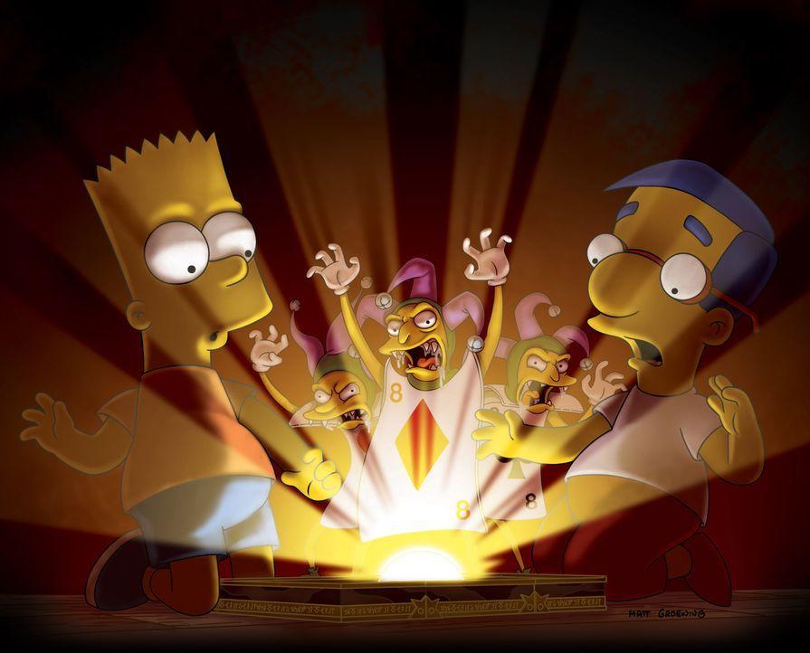 """Bart (l.) und Milhouse (r.) entdecken auf dem Dachboden ein uraltes Brettspiel namens """"Satanspfad"""", das magische Kräfte  zu haben scheint. - Bildquelle: und TM Twentieth Century Fox Film Corporation - Alle Rechte vorbehalten"""