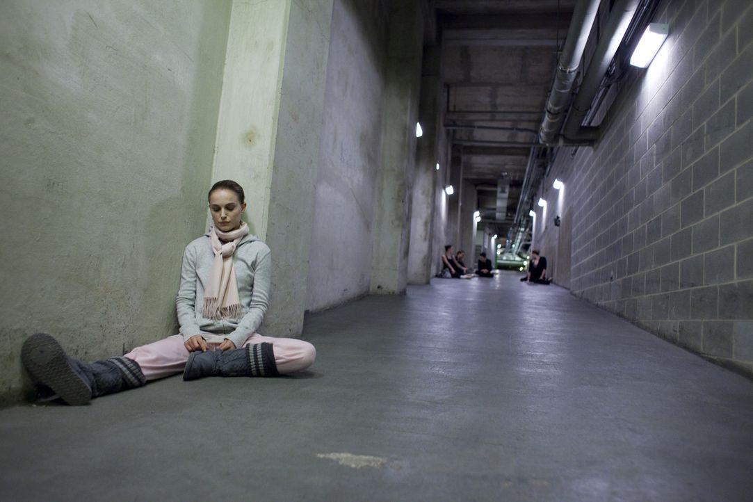 """Als der jungen Ballerina Nina (Natalie Portman) die Rolle des unschuldigen weißen als auch des dämonischen schwarzen Schwans in Tschaikowskis """"Sch... - Bildquelle: 20th Century Fox"""