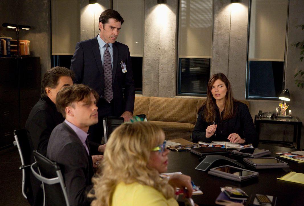Das BAU-Team ermittelt in einem neuen Fall, in dem ein Teenager verschwunden ist: Rossi (Joe Mantegna, l.), Reid (Matthew Gray Gubler, 2.v.l.), Hotc... - Bildquelle: ABC Studios