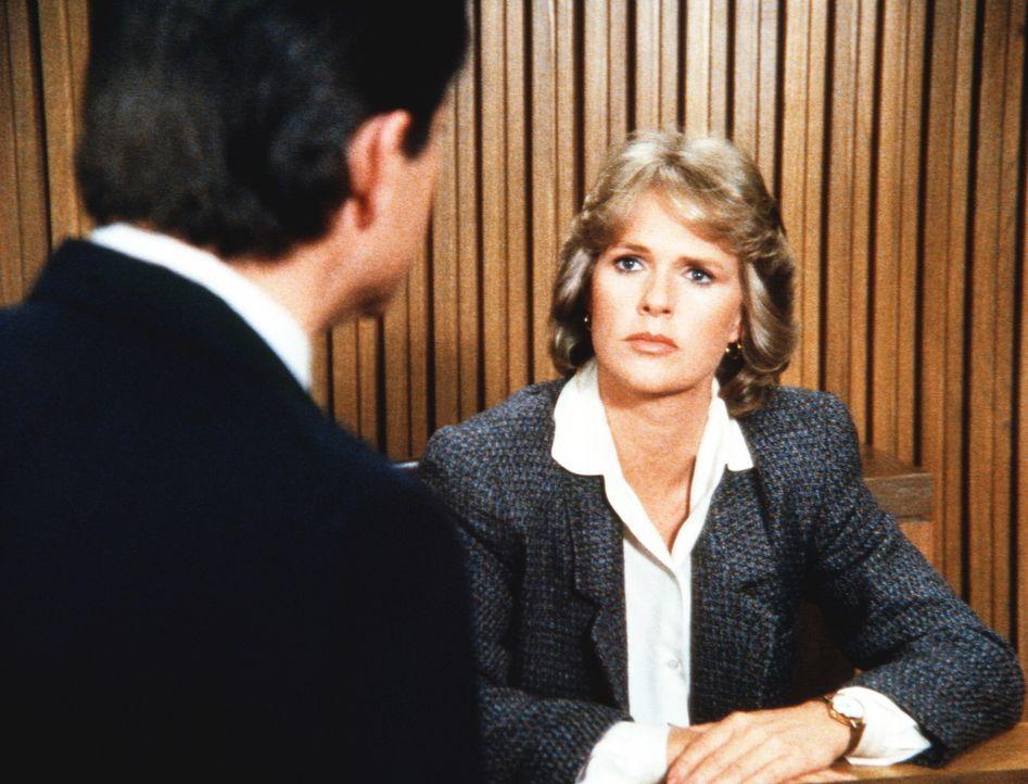 Der Anwalt von Captain Hennessey versucht, Cagneys (Sharon Gless, r.) Glaubwürdigkeit in Zweifel zu ziehen. - Bildquelle: ORION PICTURES CORPORATION. ALL RIGHTS RESERVED.
