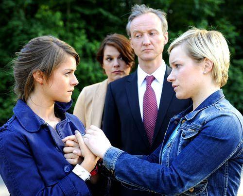 Emma verspricht Jenny, ihre Unschuld zu beweisen, während sie resigniert und sich freiwillig in die Hände ihrer Eltern, Christine und Rolf, begibt. - Bildquelle: Christoph Assmann - Sat1