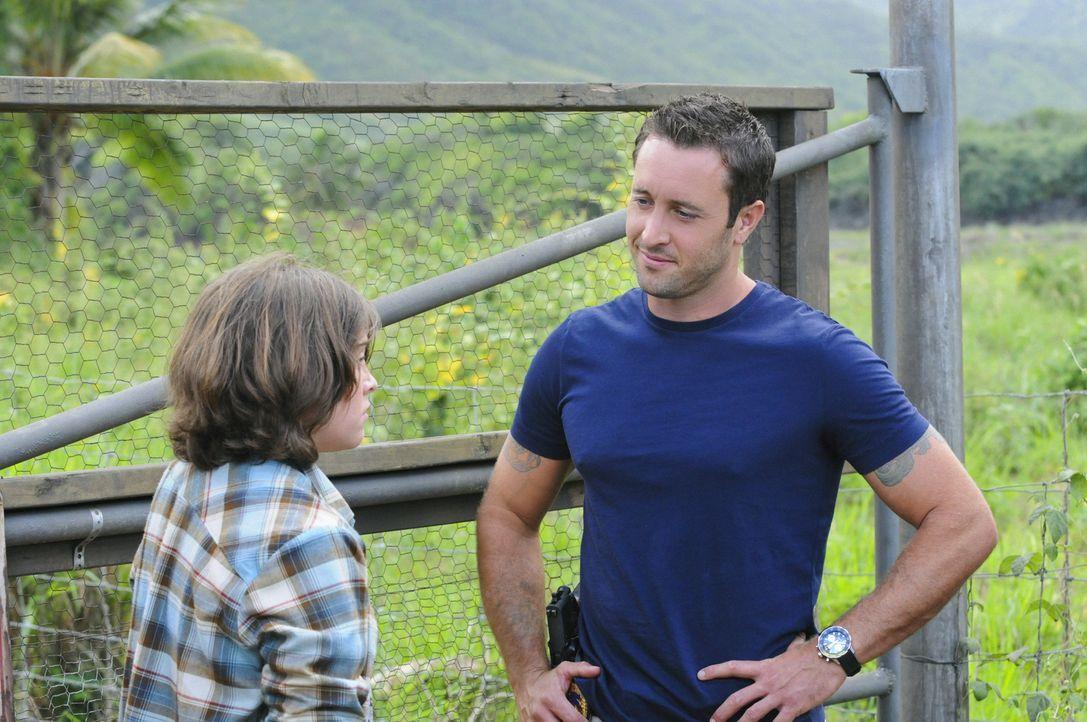 Als jemand versucht, McGarretts (Alex O'Loughlin, r.) Auto zu klauen, trifft er auf einen Jungen (Tristan Lake Leabu, l.), dessen Vater vermisst wir... - Bildquelle: 2012 CBS Broadcasting, Inc. All Rights Reserved.