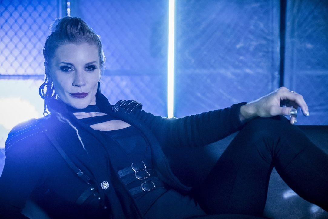 Bringt Caitlin in einige Schwierigkeiten: Amunet alias Blacksmith (Katee Sackhoff) ... - Bildquelle: 2017 Warner Bros.