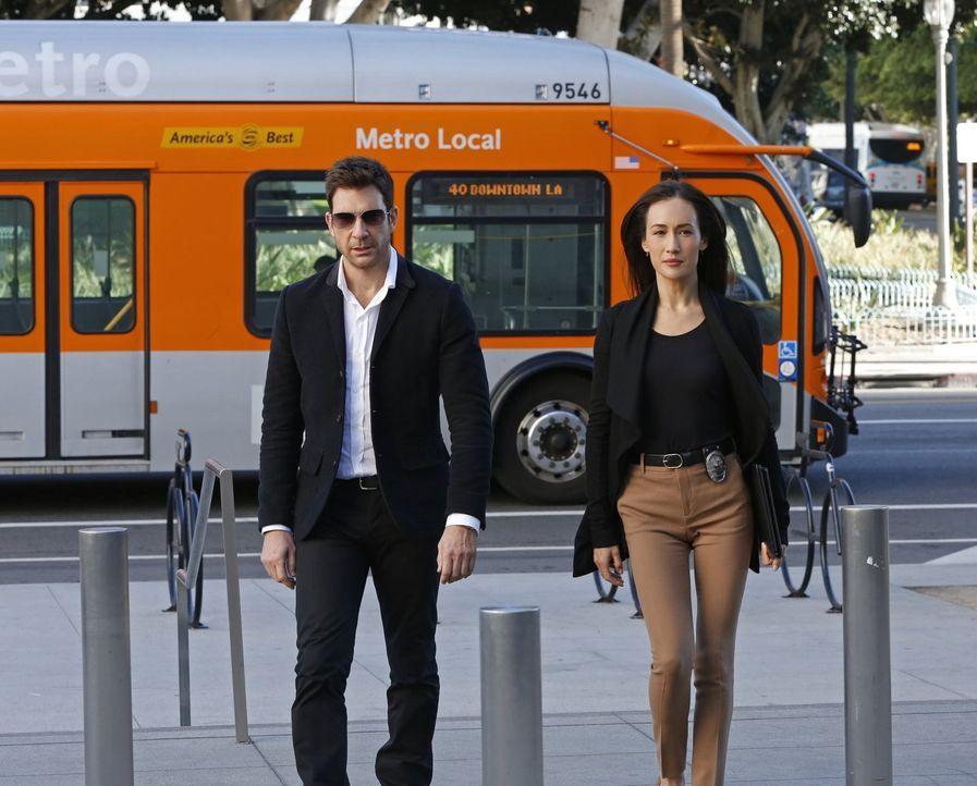 Als der Bürgermeister der Stadt von einem Stalker heimgesucht wird, beginnen Beth (Maggie Q, r.) und Jack (Dylan McDermott, l.) mit den Ermittlungen... - Bildquelle: Warner Bros. Entertainment, Inc.