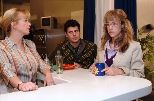 Verliebt in Berlin - Helga (Ulrike Mai, l.) beobachtet, dass Lisa (Alexandra...