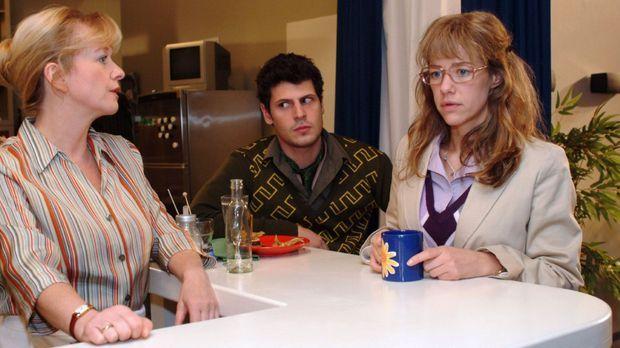 Helga (Ulrike Mai, l.) beobachtet, dass Lisa (Alexandra Neldel, r.) in Gegenw...