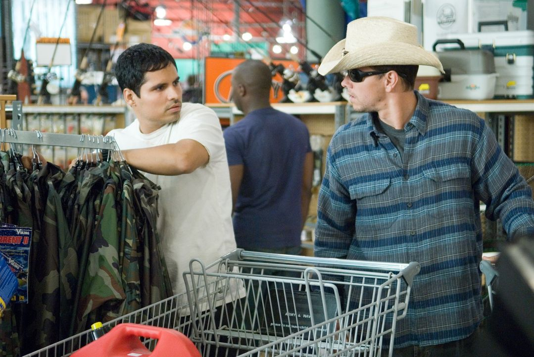 Auf der Flucht vor allen Strafverfolgungsbehörden des Landes: Agent Nick Memphis (Michael Pena, l.) und Scharfschütze Bob Swagger (Mark Wahlberg, r.... - Bildquelle: Copyright   2007 by PARAMOUNT PICTURES. All Rights Reserved.