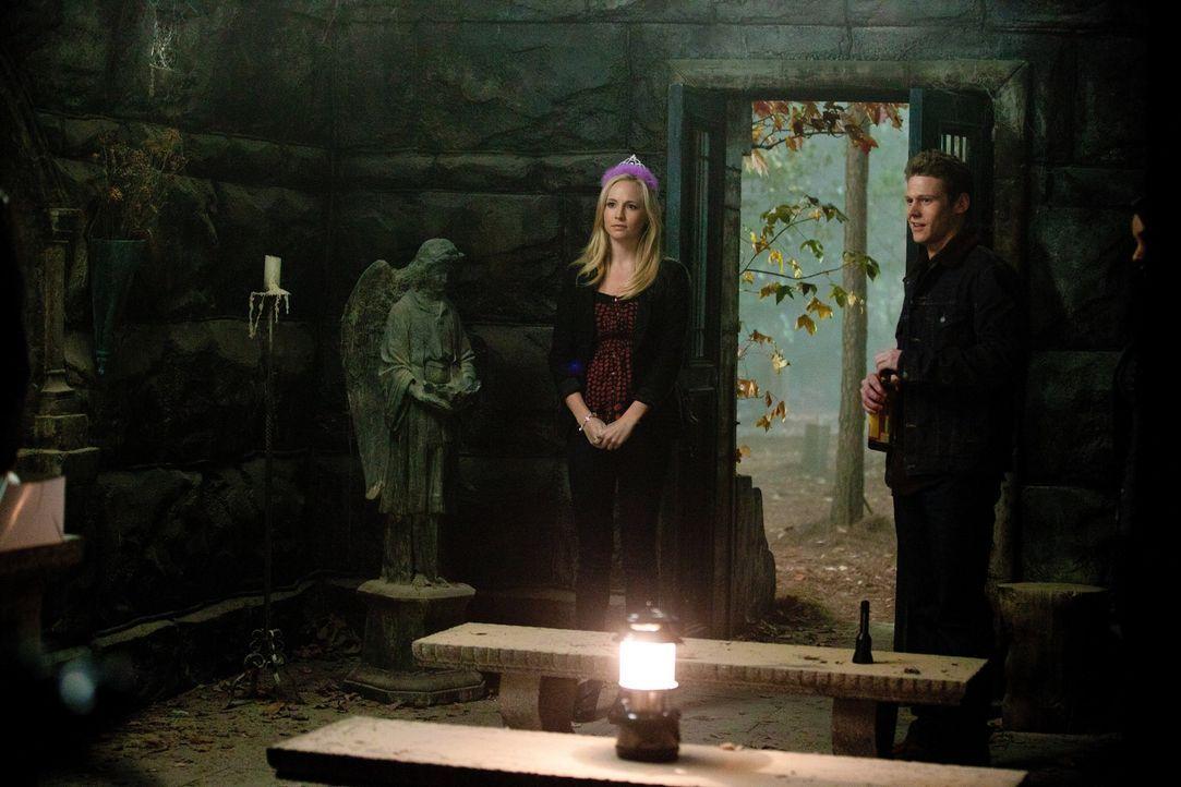 Caroline (Candice Accola, l.) hat Geburtstag, doch sie beschließt, zusammen mit Matt (Zach Roerig, r.), Bonnie und Elena lieber die Beerdigung der... - Bildquelle: Warner Brothers
