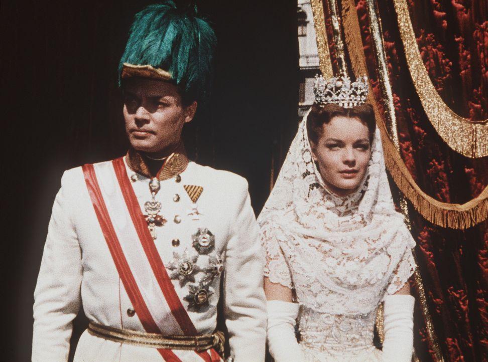 Für das junge Kaiserpaar Franz-Joseph (Karlheinz Böhm, l.) und Sissi (Romy Schneider, r.) ist es nicht leicht, ihre Liebe unter dem Druck der Staa... - Bildquelle: UFA-Filmverleih