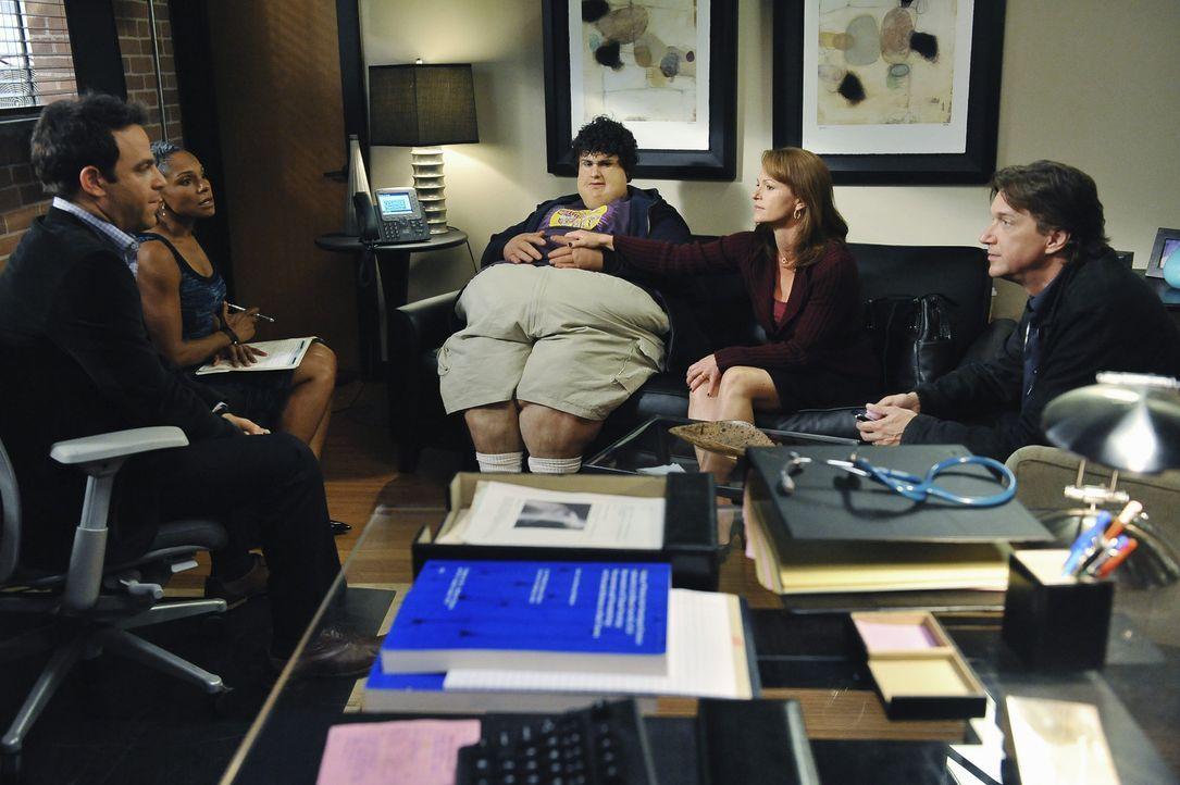 Während Charlotte weiter unter ihrem Vergewaltigungstrauma leidet, kümmern sich Naomi (Audra McDonald, 2.v.l.) und Cooper (Paul Adelstein, l.) um... - Bildquelle: ABC Studios