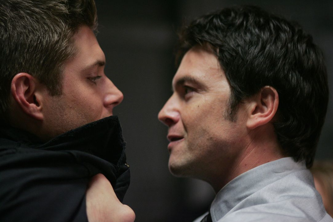 Dean (Jensen Ackles, l.) steckt in der Klemme: Polizist Sheridan (Jason Gedrick, r.) glaubt ihm kein Wort und somit ist er der Hauptverdächtige eines Mordes ...