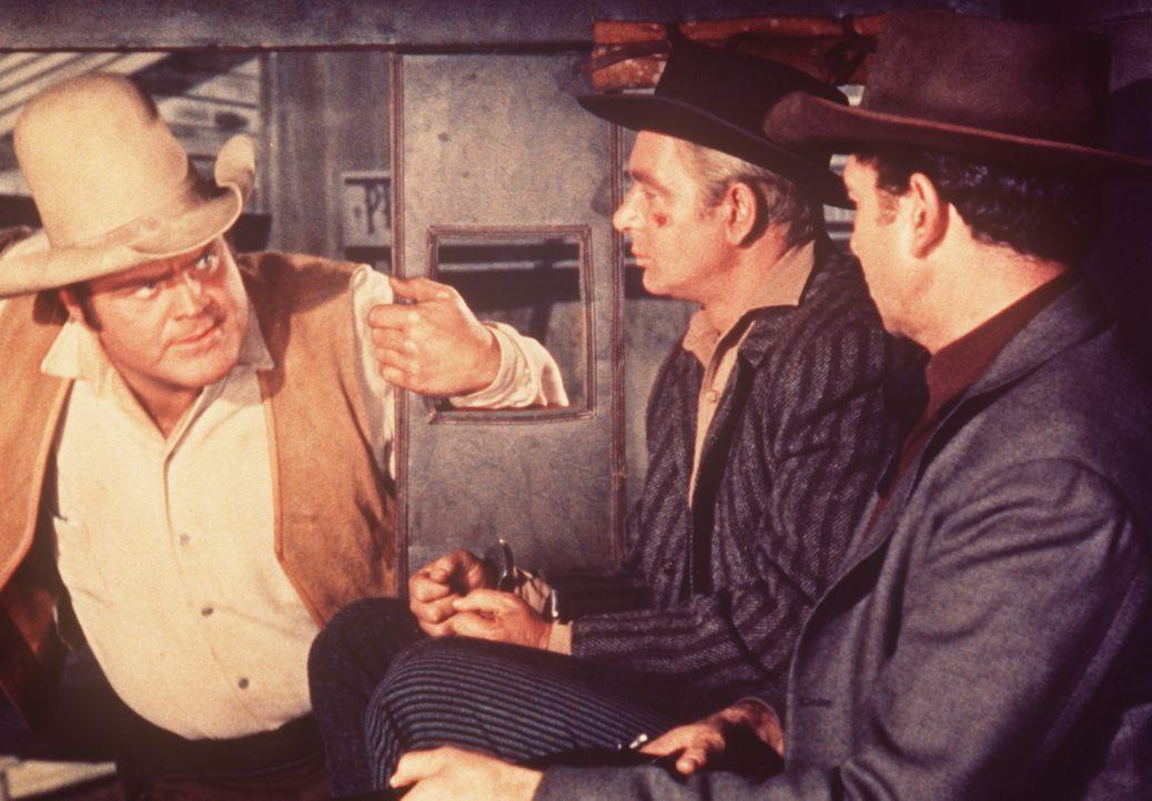 Hoss Cartwright (Dan Blocker, l.) begleitet Dave (Wesley Lau, M.), einen Arbeiter der Ponderosa, der von Marshal Dowd (Claude Akins, r.) verhaftet w... - Bildquelle: Paramount Pictures
