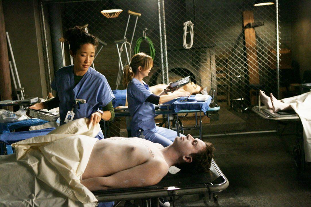 Durch Zufall erhält Lexie die Gelegenheit, an Leichen zu praktizieren. Doch Alex, Cristina (Sandra Oh, l.) und Meredith (Ellen Pompeo, r.) erfahren... - Bildquelle: Touchstone Television
