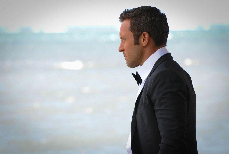 Kurz vor der Hochzeit von Kono und Adam findet Steve (Alex O'Loughlin) gemeinsam mit seinem Team heraus, dass sich auf der Insel eine gestohlene Ato... - Bildquelle: 2015 CBS Broadcasting Inc. All Rights Reserved.