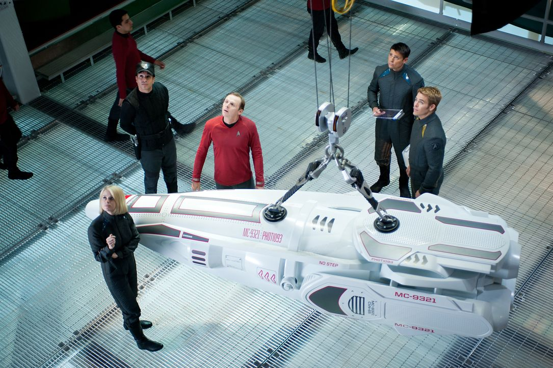 Nach dem Anschlag von John Harrison sollen Captain Kirk (Chris Pine, r.), Dr. Leonard 'Pille' McCoy (Karl Urban, 2.v.r.), 'Scotty' Scott (Simon Pegg... - Bildquelle: Jaimie Trueblood 2013 Paramount Pictures.  All Rights Reserved.
