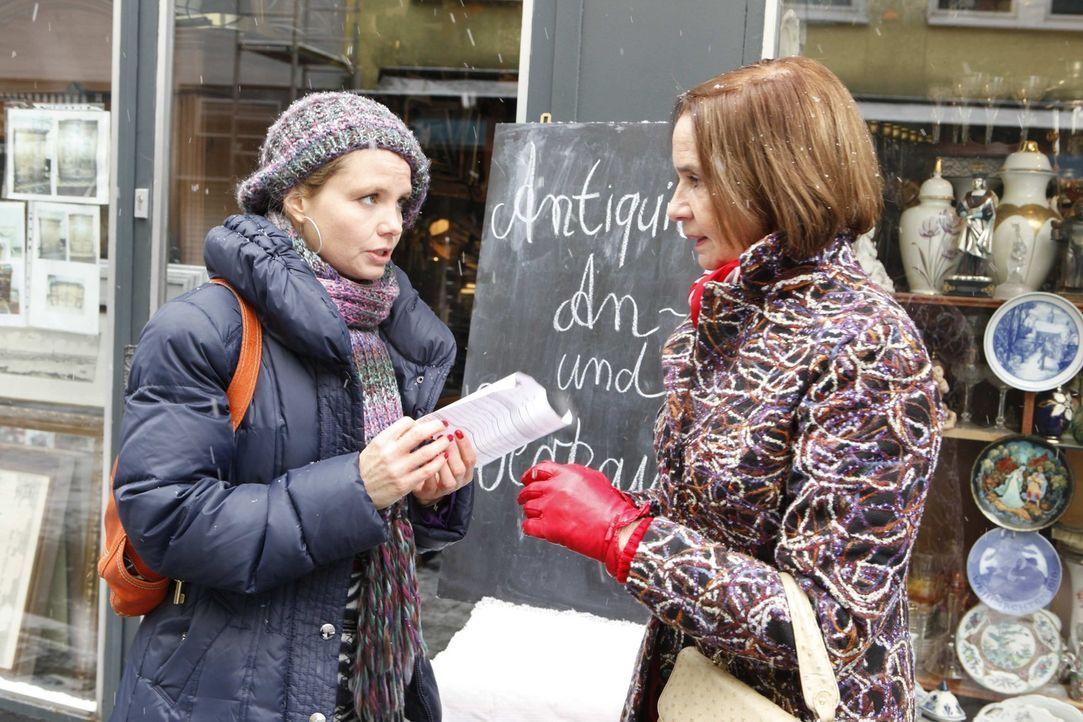 Ein neuer Fall: Frau Aschenbrot (Gudrun Gundelach, r.) braucht Dannis (Annette Frier, l.) Hilfe und diese steht ihr mit rat und tat zur Seite ... - Bildquelle: SAT.1