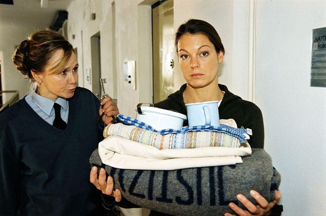 Die Wärterin (Ursula Koban, l.) schließt die Tür zur Gefängniszelle auf. Niki (Elke Winkens, r.) ermittelt dort undercover ... - Bildquelle: Ali Schafler Sat.1