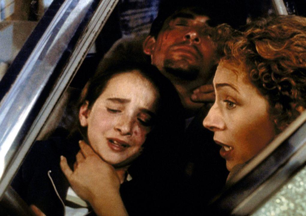 Corday (Alex Kingston, r.) wird Augenzeugin eines Autounfalls und leistet sofort Erste Hilfe. - Bildquelle: TM+  2000 WARNER BROS.
