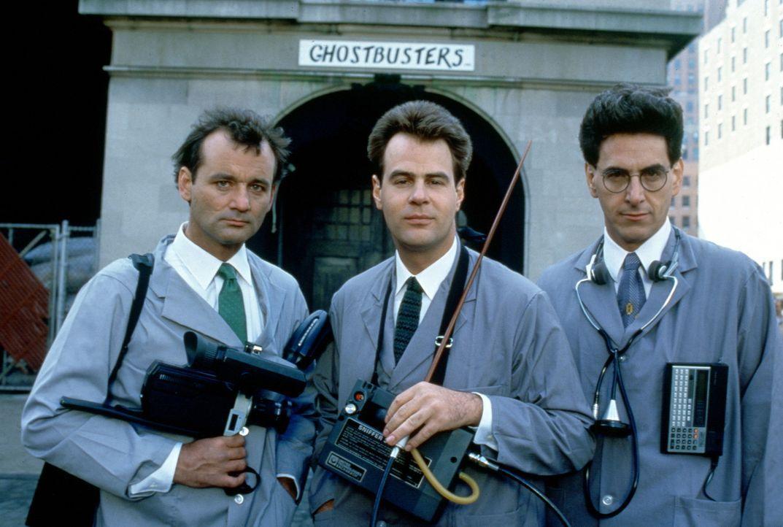 Die drei Doktoren Peter Venkman (Bill Murray, l.), Raymond Stantz (Dan Aykroyd, M.) und Egon Spengler (Harold Ramis, r.) verlieren ihren Forschungsa... - Bildquelle: Columbia Pictures
