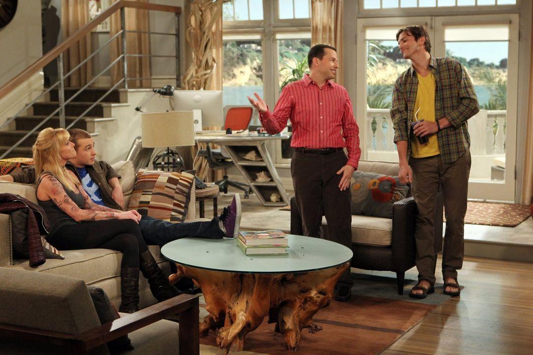 Die Überraschung für Alan (Jon Cryer, 2.v.r.) und Walden (Ashton Kutcher, r.) ist groß, als herauskommt, dass Jake (Angus T. Jones, 2.v.l.) seine 36... - Bildquelle: Warner Brothers Entertainment Inc.