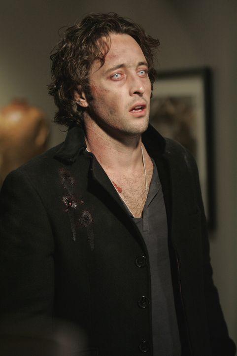 Auch wenn er sich fieberhaft gegen seine Triebe wehrt, kann Mick (Alex O'Loughlin) nicht ohne den roten Saft leben ... - Bildquelle: Warner Brothers