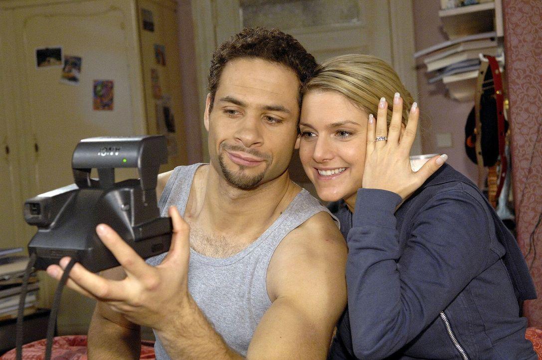 Jannick (Mike Adler, l.) versucht den glücklichen Moment mit Anna (Jeanette Biedermann, r.) per Foto festzuhalten. - Bildquelle: Claudius Pflug Sat.1