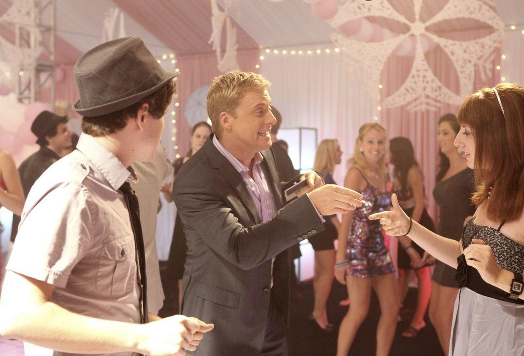 Ist von Tessas Party begeistert: Noah (Alan Tudyk, M.) ... - Bildquelle: Warner Bros. Television