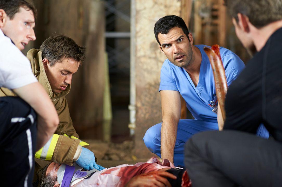 Schnell wird Zachary (Benjamin Ayres, r.) bewusst, dass dieser Patient auf gar keinen Fall sterben darf ... - Bildquelle: 2012  Hope Zee One Inc.