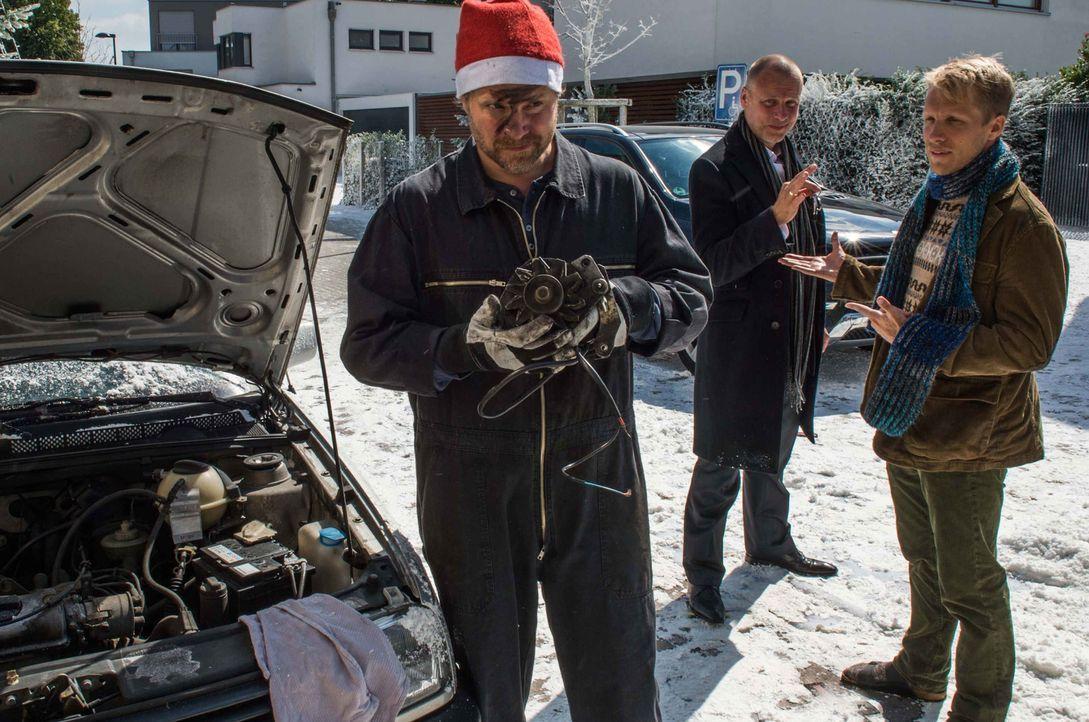 Advent, Advent, ein gnadenloser Wettstreit entbrennt: Während sich Thomas (Janek Rieke, l.) damit quält, Herders (Oliver Pocher, r.) Auto wieder flo... - Bildquelle: Wolfgang Ennenbach SAT.1