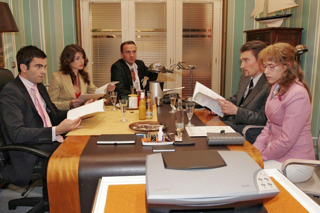 Bei der Besprechung zeigt sich Lisa (Alexandra Neldel, r.) vor Mariella (Bianca Hein, 2.v.l.), Hugo (Hubertus Regout, M.) und Richard (Karim Köster... - Bildquelle: Noreen Flynn Sat.1