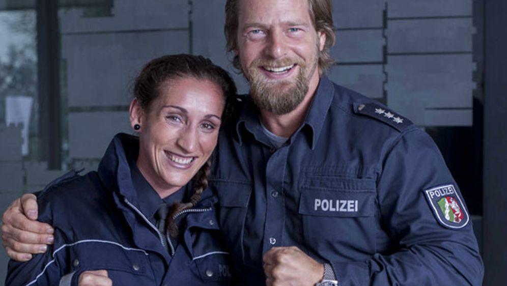 """Ein gutes Team: Kickbox-Weltmeisterin Julia Irmen (links) und """"Der letzte Bu... - Bildquelle: SAT.1/Martin Rottenkolber"""