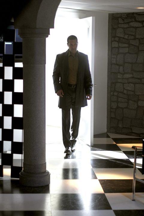 Sollte Jones (Phil Morris) Amanda nicht die Erinnerungen entfernen, ist Olivers Identität nicht länger geheim ... - Bildquelle: Warner Bros.