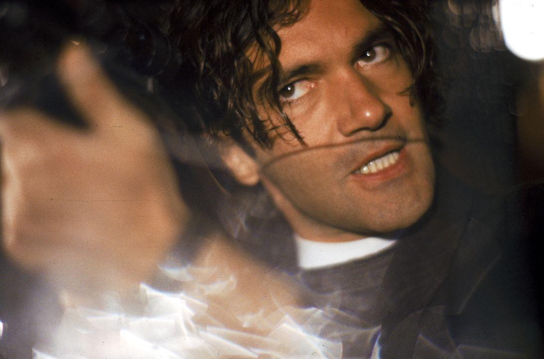 Als Profikiller Robert Rath sich entschließt, die Computerexpertin Electra zu beschützen statt zu töten, geraten sie beide ins Visier von Miguel Bai... - Bildquelle: Warner Bros. Television