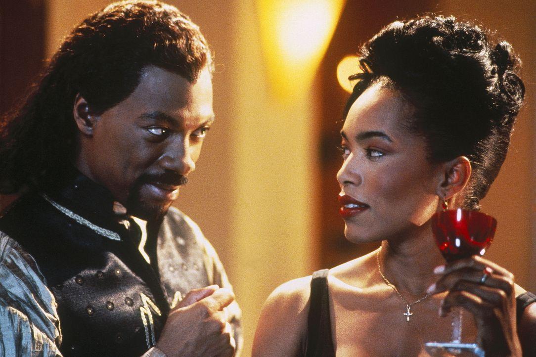 Unermüdlich umwirbt Max (Eddie Murphy, l.) die ahnungslose Rita (Angela Bassett, r.). Doch noch immer kann sie seinen Annäherungsversuchen widersteh... - Bildquelle: Paramount Pictures