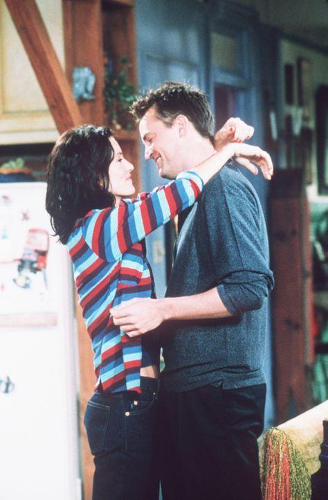 Chandler (Matthew Perry, r.) und Monica (Courteney Cox, l.), das Liebespaar, wollen übers Wochenende nach New Jersey fahren und ein paar Tage der L... - Bildquelle: TM+  2000 WARNER BROS.